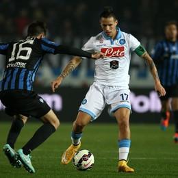 Il centrocampista dell'Atalanta Daniele Baselli  lotta per il possesso palla con il centrocampista del Napoli Hamsik