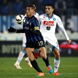 L'attaccante dell'Atalanta German Denis  lotta per il possesso palla con il centrocampista del Napoli David Lopez