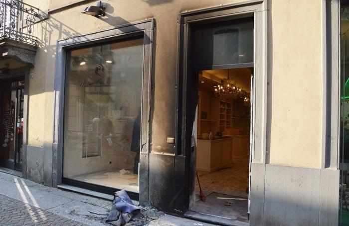 Il negozio bruciato a Treviglio