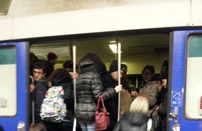 Pendolari mentre salgono su un treno di Trenord
