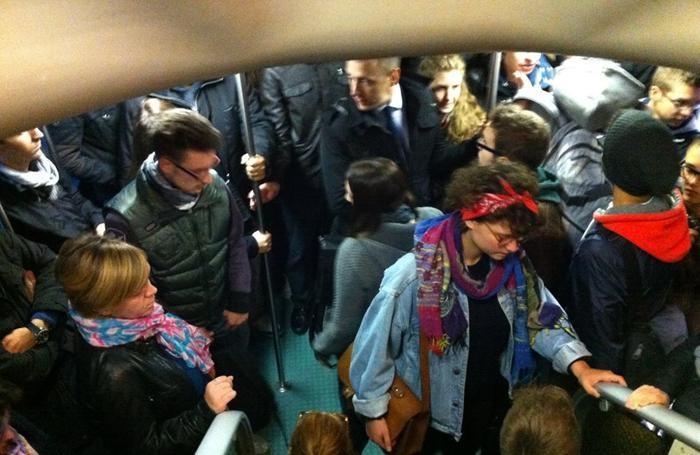 Affollamento dei pendolari in treno