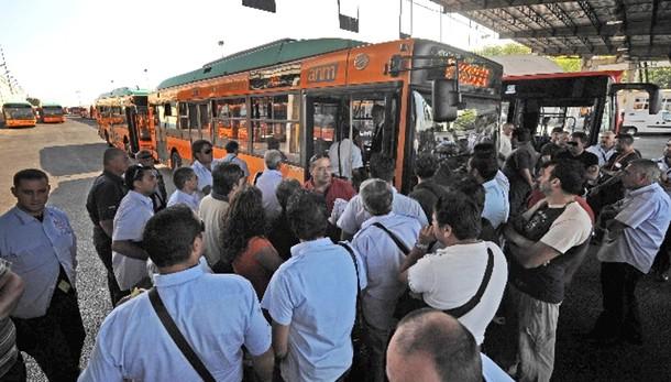 Baby-gang picchia autista bus a Napoli