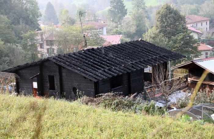 La casa bruciata alle prime luci dell'alba