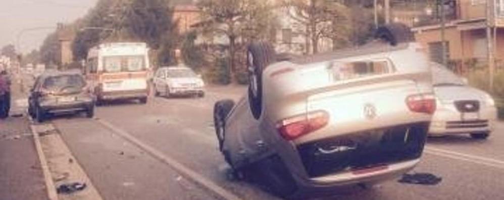 Schianto fra auto: una si ribalta  Pontida, mattina di code sulla Briantea