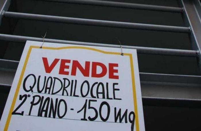 Un cartello di vendesi