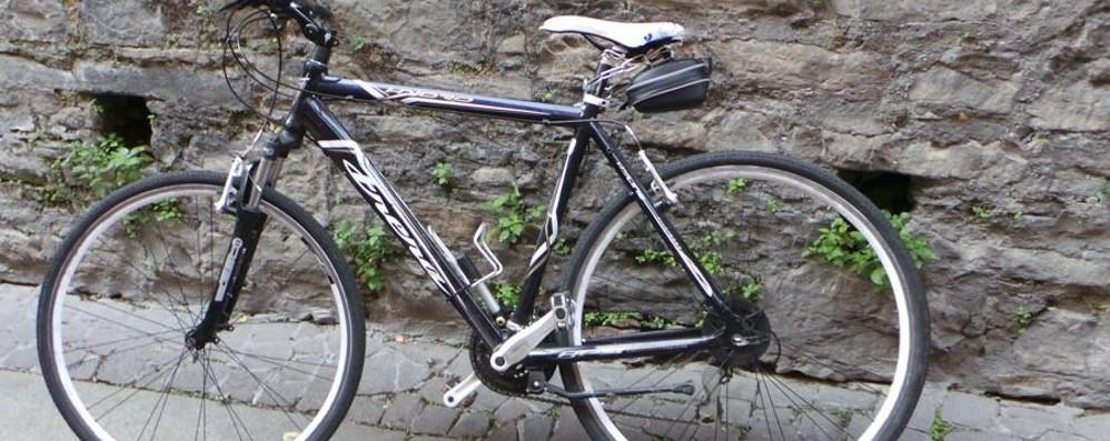 Cerca di rubare una bici in centro Dalmine, una donna lo acciuffa