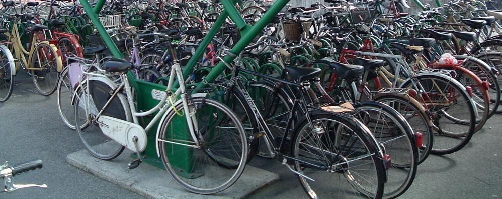 «Prendo la bici e scappo a casa» Ma alla stazione è diventato un rischio