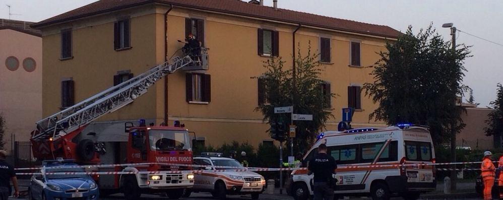Si barrica in casa con il gas aperto Allarme in via Broseta, traffico in tilt