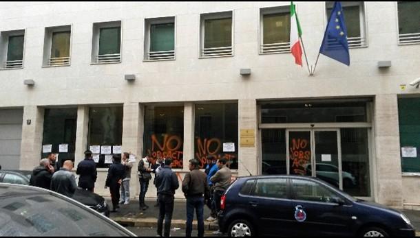 Blitz protesta a sede ministero a Milano
