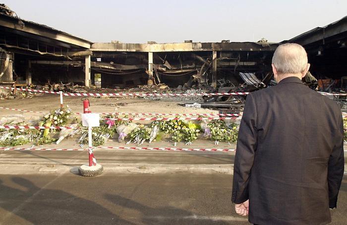 L'allora presidente della Repubblica Carlo Azeglio Ciampi in raccoglimento sul luogo della tragedia