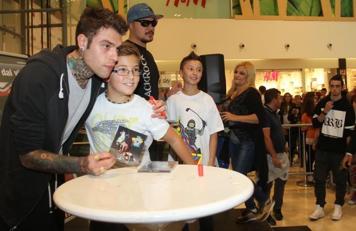 Fedez e un suo giovane fans