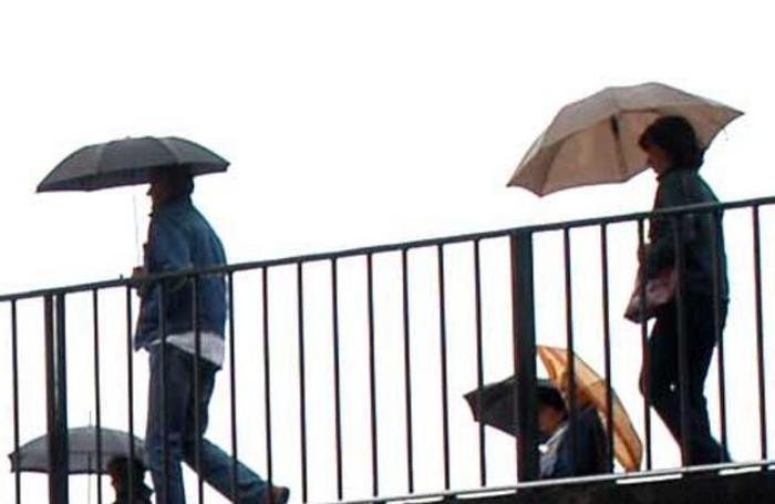 Ancora pioggia, portiamo gli ombrelli
