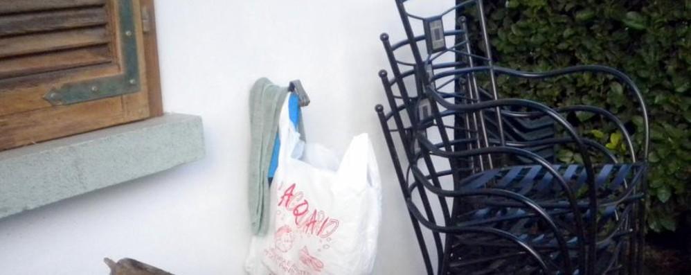 Interviene per aiutare il vicino I ladri gli tirano una sedia in testa
