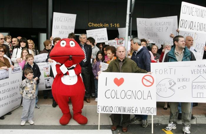 Una vecchia protesta contro l'aeroporto. Con tanto di Gabibbo.