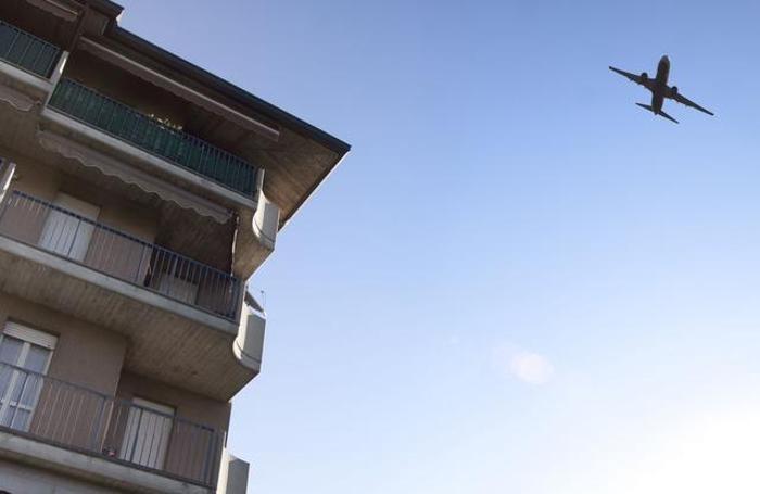 Aerei in fase di decollo dall'aeroporto di Orio al Serio sopra le case di Colognola