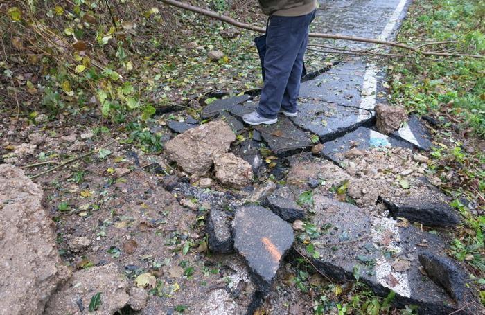 Il masso caduto sulla pista ciclabile di Piario