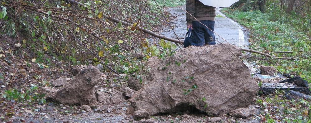 Masso sulla pista ciclabile di Piario Colpa della pioggia, manto rovinato
