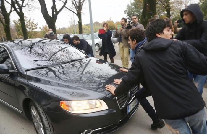 L'auto del segretario nazionale della Lega Nord Matteo Salvini circondata dai manifestanti dei centri sociali a Bologna
