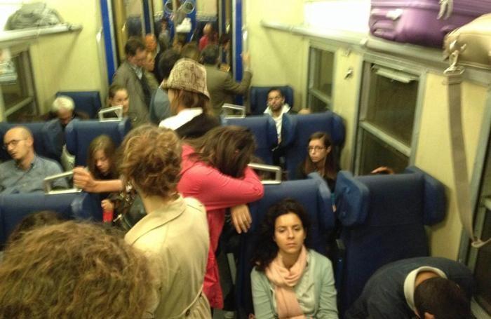 pendolari assiepati sui treni nella linea Milano - Bergamo