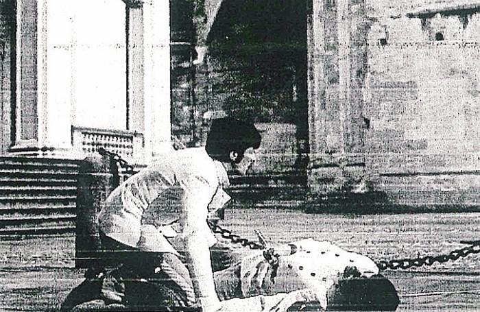 Alain Delon nell'episodio di Louis Malle di «Tre passi nel delirio» (1967)Nella foto grande invece «Frankenstein oltre le frontiere del tempo» di Roger Corman (1990)