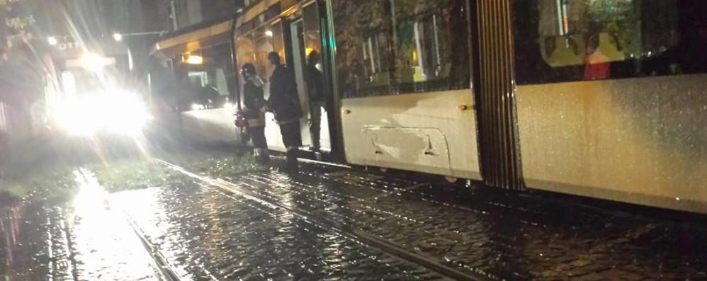 Tram della Valli, l'incidente a Redona Il convoglio torna «in pista»: guarda i  video