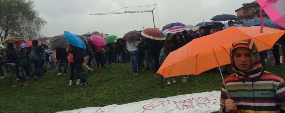 Mamoli, la preside vieta l'intervallo Mille studenti protestano in cortile