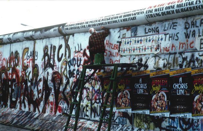 Un vecchio pennella parole di pace sul muro di Berlino, agosto 1989