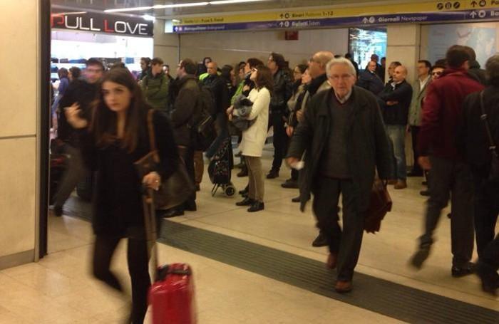 Tanti bergamaschi in attesa alla stazione Garibaldi di Milano