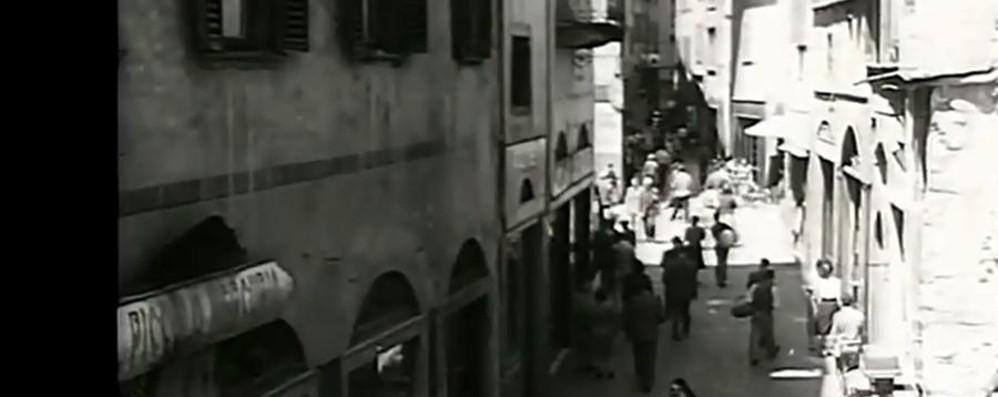 Piazza Mascheroni senza auto Un video per scoprire Città Alta nel 1949