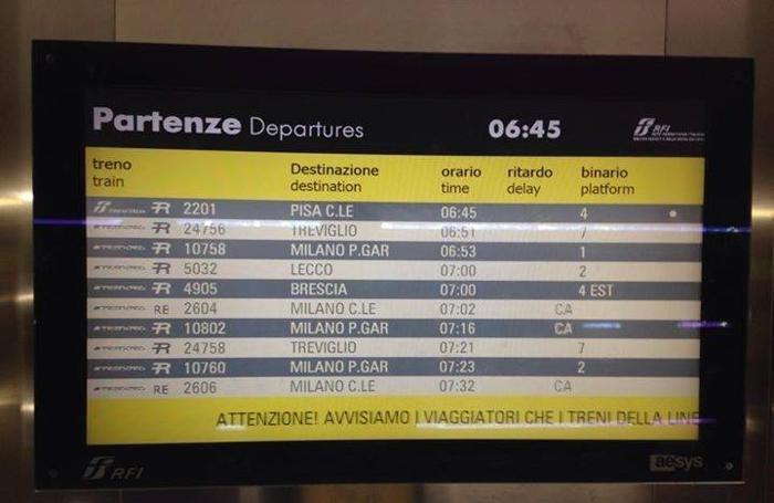 Il monitor che segnala le cancellazioni alla stazione di Bergamo