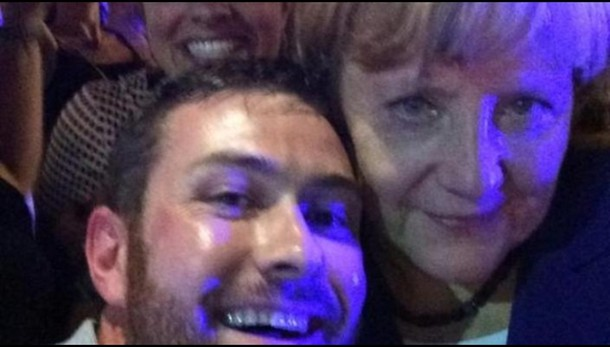 G20: Merkel al pub, selfie con passanti