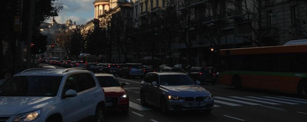 Basta un po' di sole, folla in centro Bergamo presa d'assalto, traffico in tilt