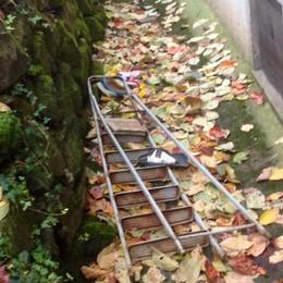 Cade dalla scala, volo di 2 metri   Grave pensionato di Villongo