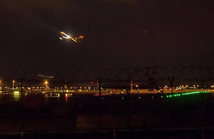 Partenza notturna di un aereo dall'aeroporto di Orio al Serio