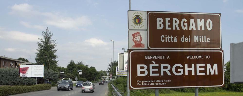 Bèrghem, la scritta è mini  Scoppia la polemica dei cartelli