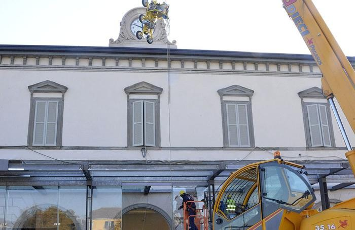 Il montaggio delle vetrate in stazione