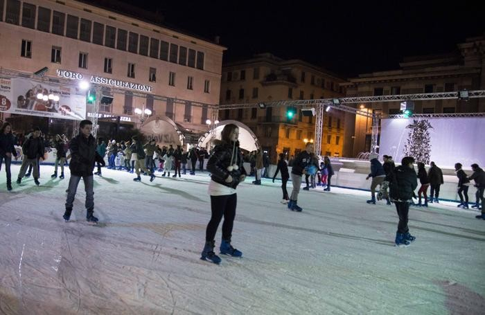 La pista di pattinaggio in piazza Libertà a Bergamo di notte