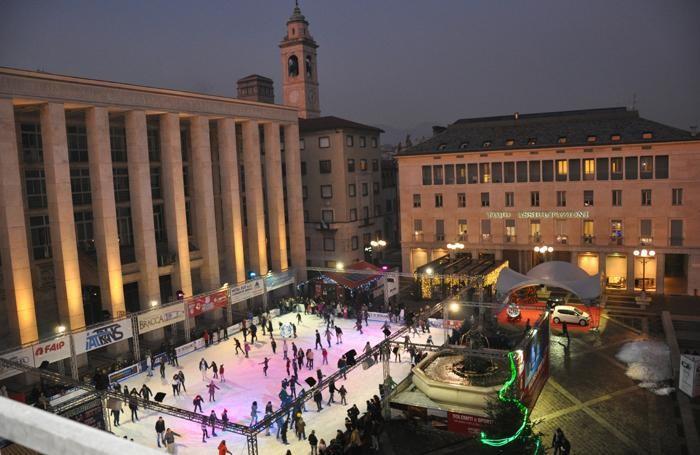 Una suggestiva immagine della pista di  pattinaggio in piazza della Libertà