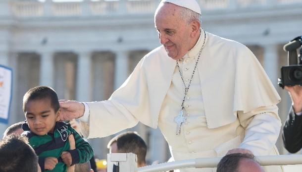 Papa: santo non è faccia da immaginetta