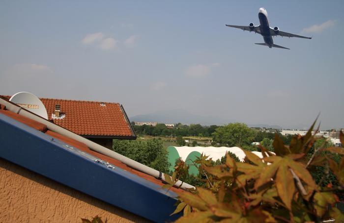 Un aereo in decollo a Colognola