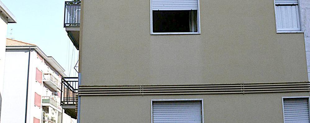 Il marito le impedisce di uscire di casa Lei si cala dalla finestra e cade: ferita
