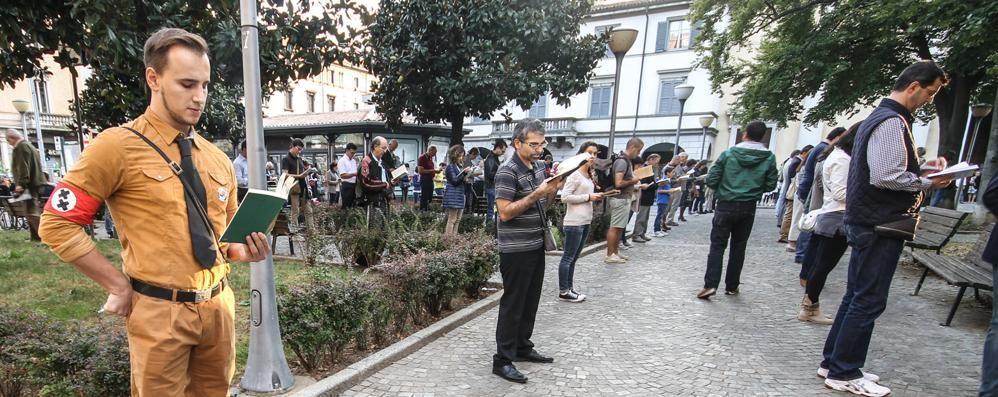 Più di 150 sentinelle in piedi Fuoriprogramma con nazista (finto)
