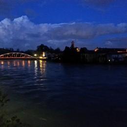 Adda, ecco le immagini della piena L'acqua  sfiora il ponte a Canonica