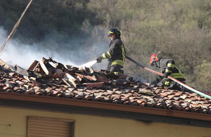 L'incendio di un tetto per una canna fumaria sporca