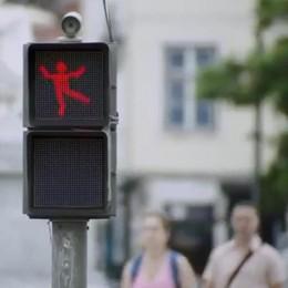 L'omino rosso del semaforo balla E i pedoni rispettano lo stop