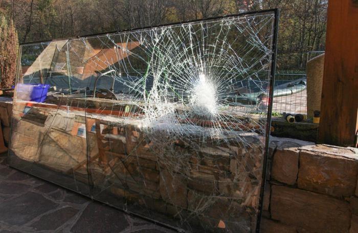 La vetrata sfondata dai ladri a Torre de' Roveri