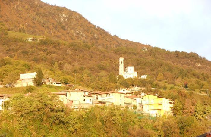 La rupe di San Martino a Sovere prima della frana. Sopra si vede come la scarpata abbia ripreso a muoversi