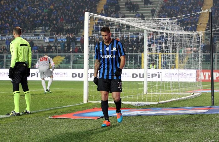 Denis, uscito dal campo contrariato contro la Roma