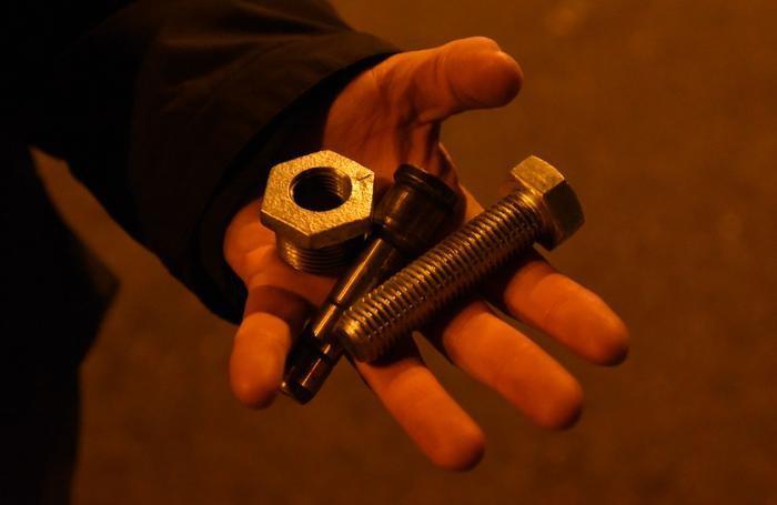Gli oggetti lanciati dagli ultrà contro le forze dell'ordine