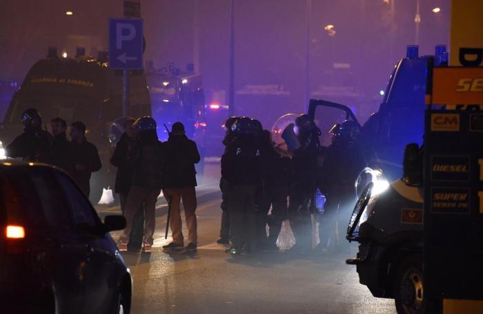 Forze dell'ordine all'esterno dallo stadio durante gli scontri al termine della partita